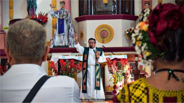 padre em missa