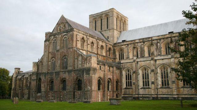 Стефанга тажы кийгизген Винчестердеги собор. Вильгель Баскынчыга чейин Винчестер Англиянын борбору болуп турган