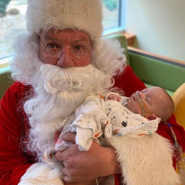 Connor com Papai Noel, no Natal de 2018