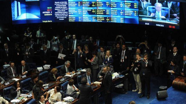 Parlamentares aprovam relatório do impeachment