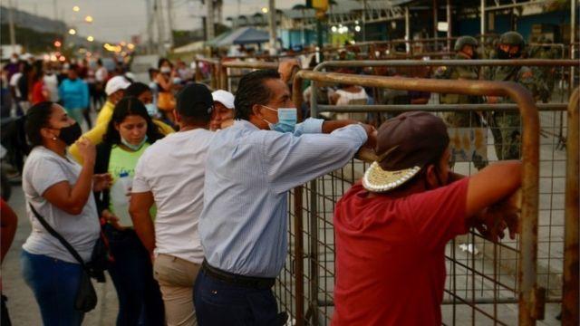 Familiares de los presos afiera de la cárcel de Guayaquil