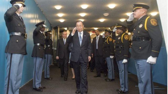 بان كي مون يغادر مبنى الأمم المتحدة بينما عدد من الحراس يؤدون له التحية