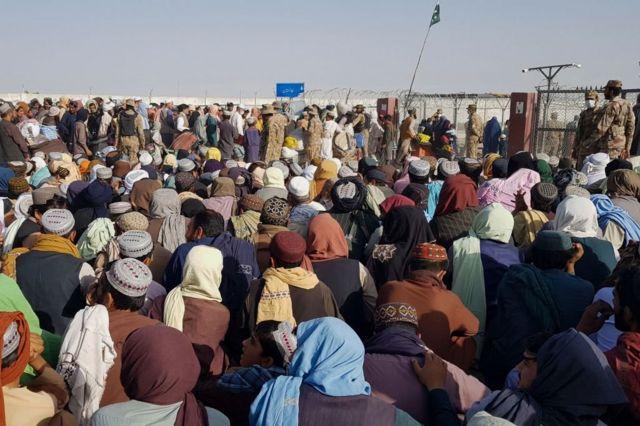 Una multitud de civiles afganos se congrega en el paso a la localidad de Chaman, en Pakistán, 21 de agosto de 2021
