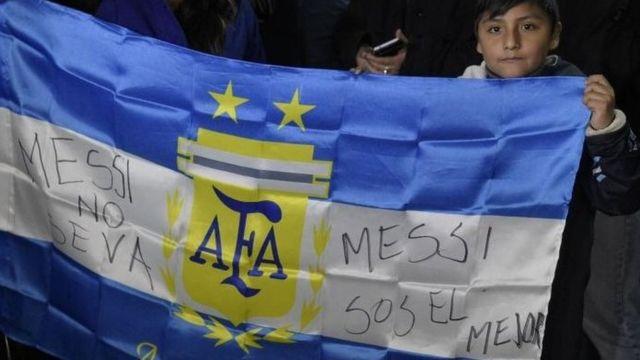 Los argentinos le ruegan a Messi que no abandone la selección nacional.