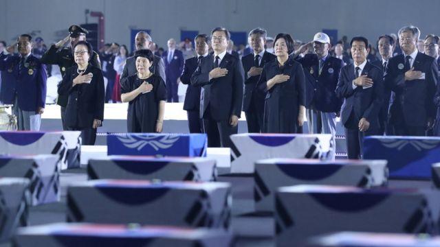 2020年6月25日,韩国总统文在寅席某朝鲜战争纪念活动,向在朝鲜战争中阵亡的韩国士兵遗体致敬