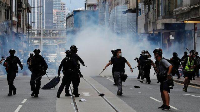 香港警察在催淚瓦斯煙霧中追捕示威者(1/7/2020)