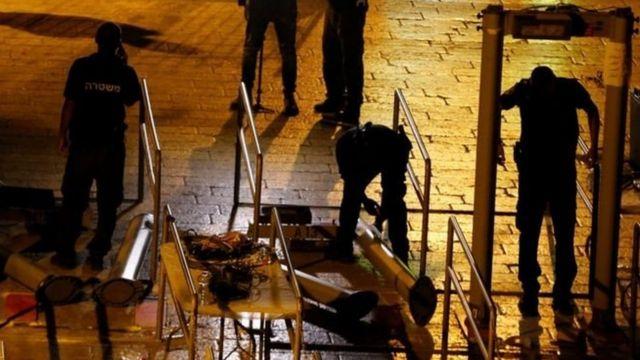 İsrail güvenlik güçleri metal dedektörleri kaldırırken