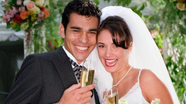عريس وعروسته في حفل الزفاف