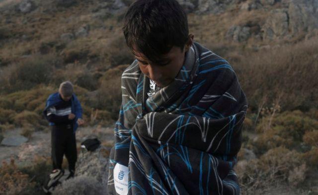 トルコから海を渡ってギリシャにたどり着いたばかりのアフガニスタン人の移民(今月10日)