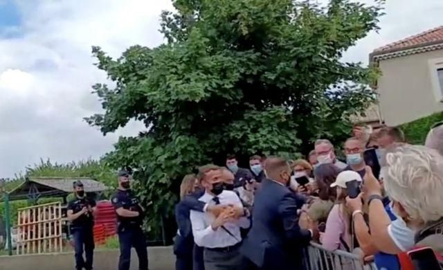 الحرس يحيط بالرئيس ماكرون بعد صفعه