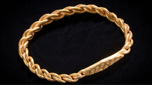 Золотое кольцо на плечо.