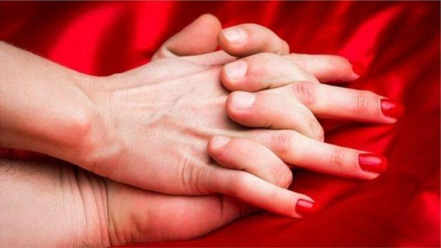 kenetlenmiş kadın ve erkek eli