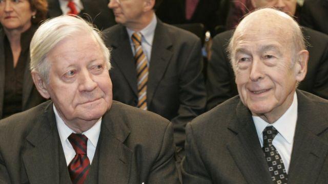 Гельмут Шмидт (слева) и Валери Жискар д'Эстен на вручении им премии де Голля-Аденауэра (Берлин, 2006 год)