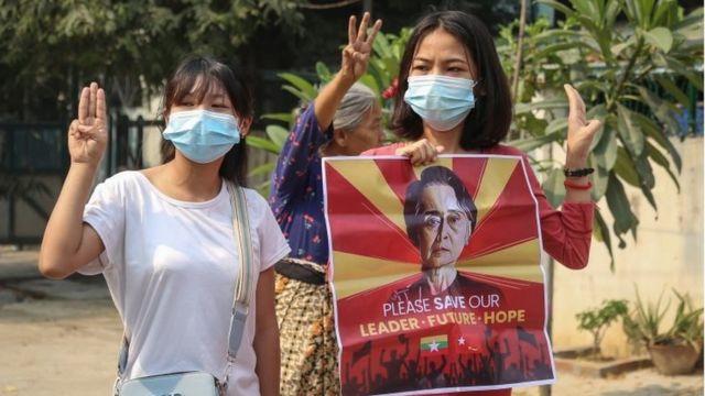 Демонстрантки с протретом Аун Сан Су Чжи