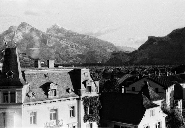 Vista de telhados e montanhas