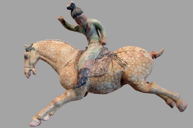 Musée Guimet. Mujeres jóvenes, jugadoras de polo. Primera mitad del siglo VIII. Terracota, engobe y policromía. Dinastía Tang.