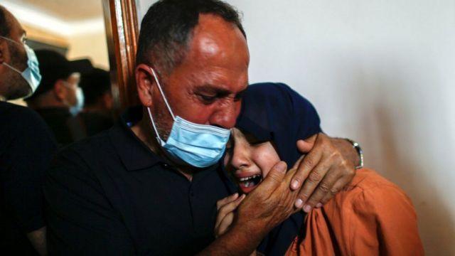 أقارب حسين حمد، قتل في قطاع غزة، في 11 مايو/أيار 2021