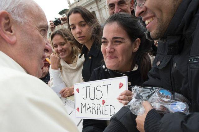バチカンで新婚カップルを祝福するフランシスコ法王(3月23日)