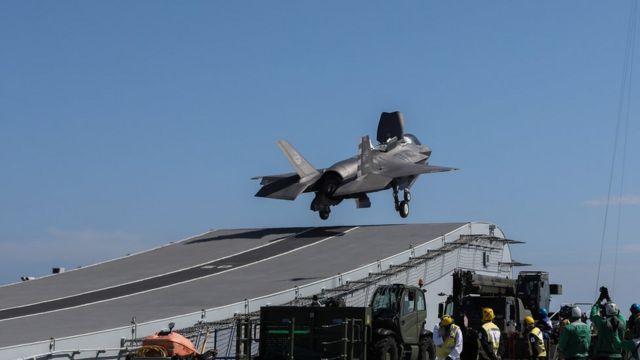 沒有蒸汽彈射裝置的航母,就通常會配有滑跳甲板,同樣可以讓戰機搭載更多燃料和武器,但效能不及蒸汽彈射器。