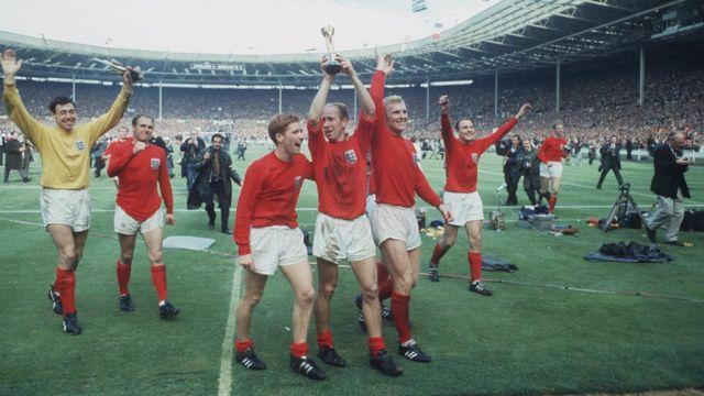 Los jugadores celebran con la vuelta de honor en Wembley.
