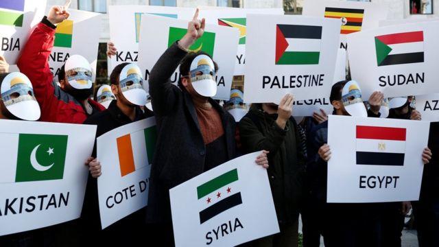 متظاهرون خرجوا محتجين على قرار ترامب قرب مقر قمة منظمة التعاون الإسلامي
