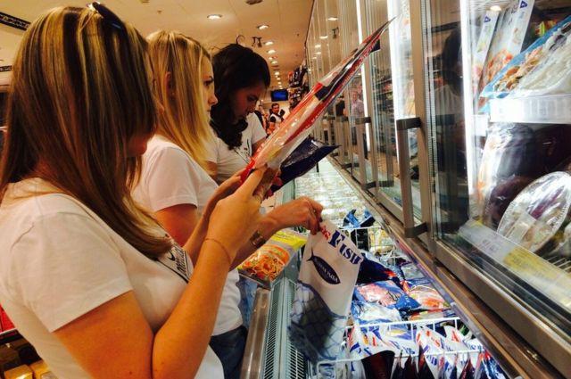 Activistas patrióticos inspeccionan el origen de alimentos en los supermercados en Moscú, agosto 2015 Vigilante