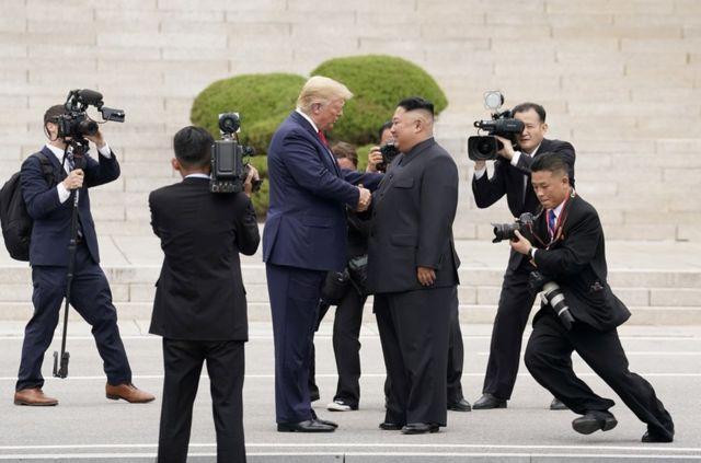 Президент США Дональд Трамп на встрече с лидером Северной Кореи Ким Чен Ыном.