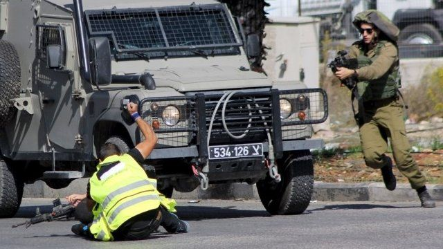 Palestinian raises knife to stab soldier near Hebron (16/10/15)