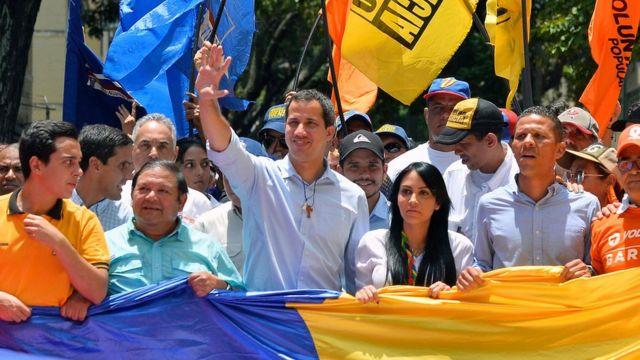 Juan Guaido frente a la multitud.
