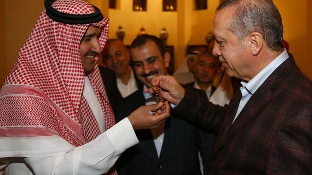 سعودی حکام ترک صدر کو ایک تسبیح تعفے میں دے رہے ہیں