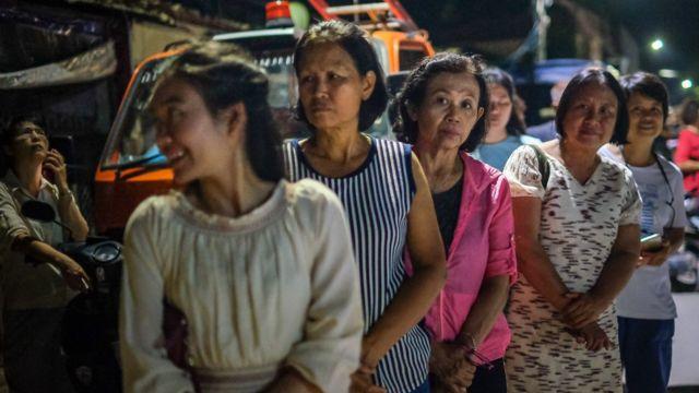 Mağara yakınlarında bekleyen kadınlar