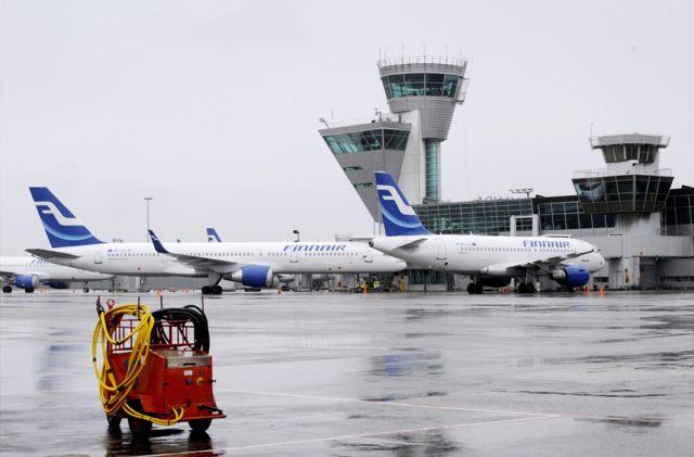 Aviones de Finnair estacionados en el aeropuerto de Helsinki