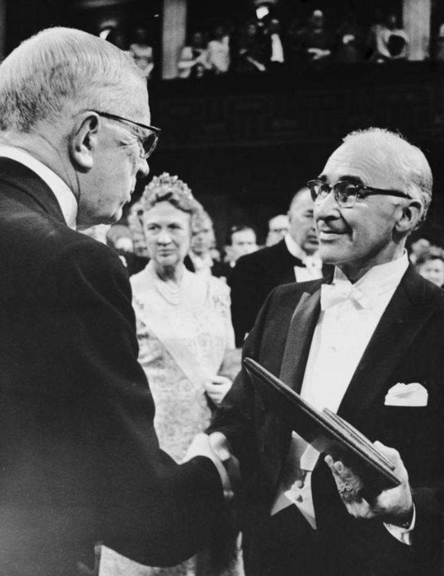 George Wald recebendo o Nobel