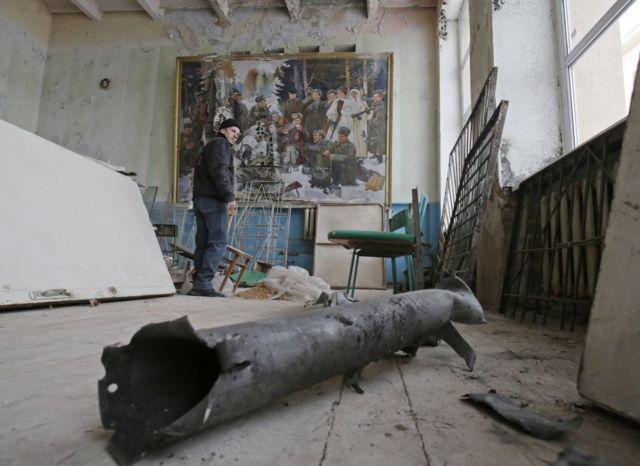 Школа после обстрела в селе Орловка, Донецкая область