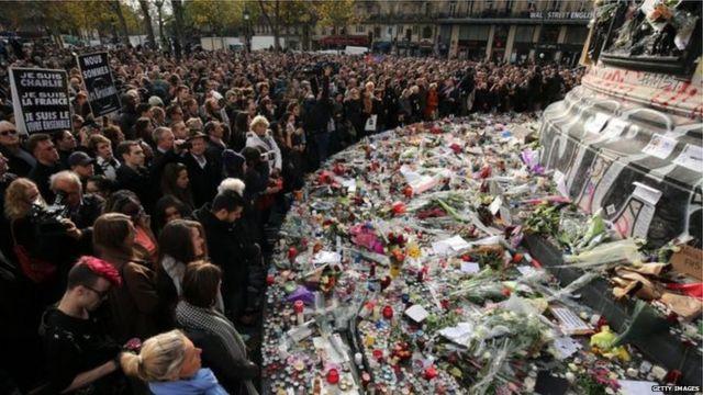 16日午前11時の1分間の黙祷のため、パリのレピュブリック広場には数千人が集まった