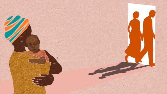 Ilustração mostra a parteira com o bebê enquanto os pais saem pela porta
