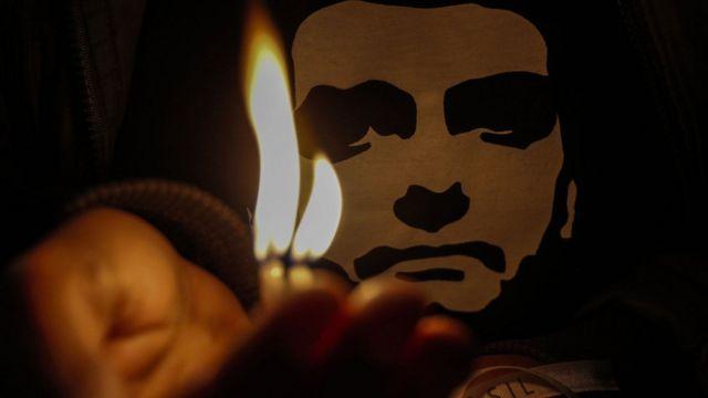 Estampa de camisa mostra rosto de Bolsonaro, iluminado por uma vela