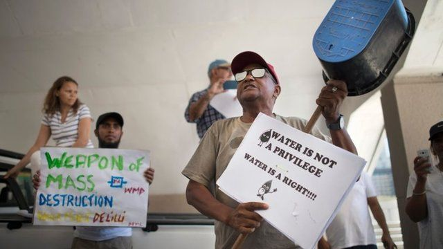 Protestas contra los recortes de agua en Ciudad del Cabo.