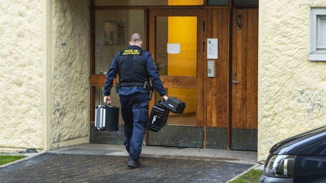 Policía en la puerta del piso