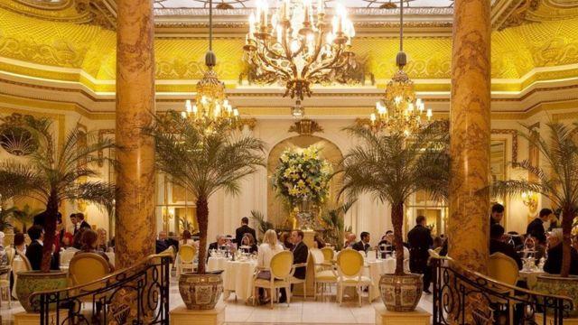 Tomando el té en un hotel lujoso de Londres