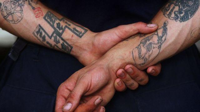 Tatuajes de un miembro del grupo racista Aryan Nations.