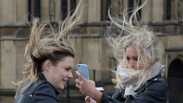 девушки фотографируются на мосту Вестминстер