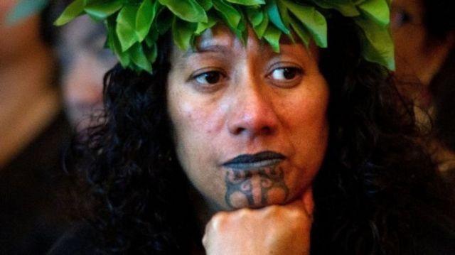 마오리족 여성은 턱에 문신을 한다