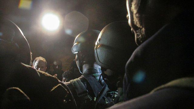 襲撃事件の最中に現場に立つ治安部隊(2日、バングラデシュ・ダッカ)