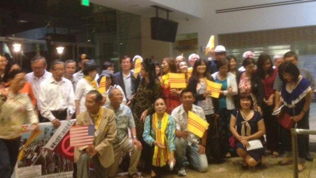 Người Việt tại thành phố Miltipas vui mừng khi nghị quyết chống cờ đỏ sao vàng được thông qua