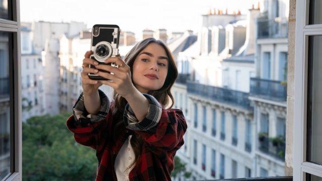 Lily Collins dans Emily à Paris