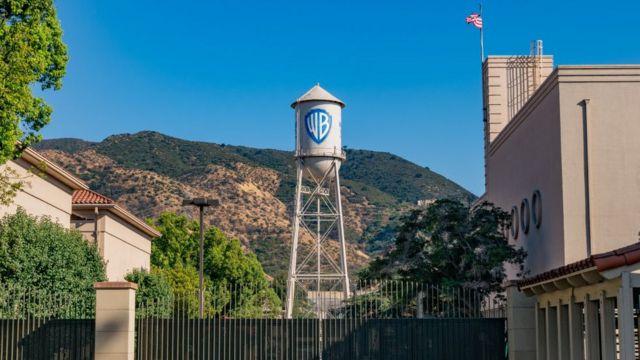 Torre de agua con logo de Warner Bros.
