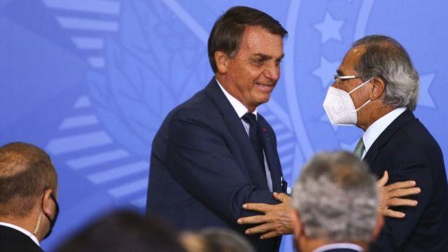 Jair Bolsonaro e Paulo Guedes se cumprimentam