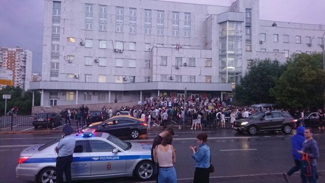 Толпа у здания суда