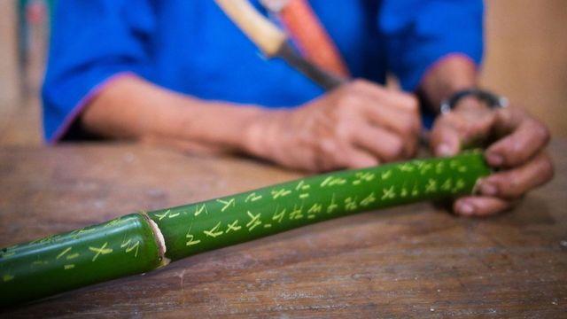 O hanunóo, alfabeto à beira da extinção nas Filipinas, é tradicionalmente grafado no bambu